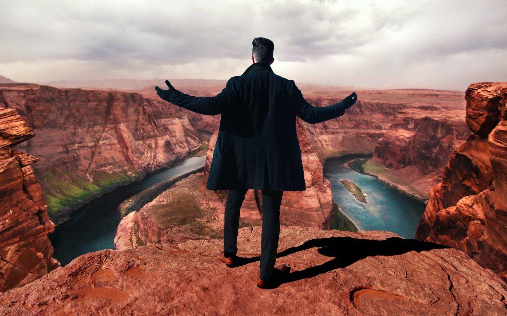 崖を前にする男
